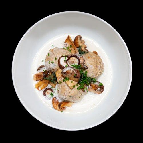 Egers Catering-Gerichte: hausgemachte Knödel mit Pilzen