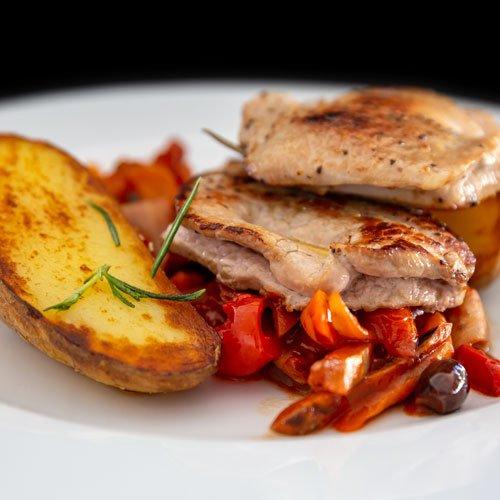 Catering Hauptspeise: Rinderfilet mit Paprika und Bratkartoffeln