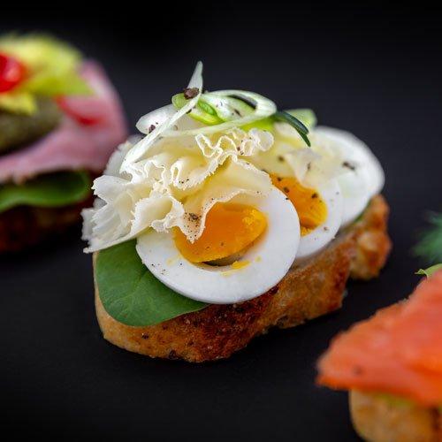 Egers Catering: belegte Baguttescheiben mit Lachs, Ei, hausgemachtem Schinken