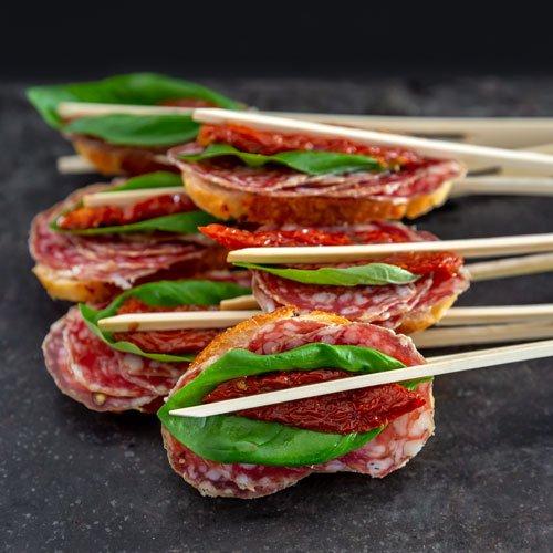 Egers Catering Fingerfood · Belegtes Baguette mit Salami, getrockneter Tomate und Basilikum