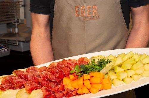 Catering-Platte mit Schinkenaufschnitt, Chicoree und Melone