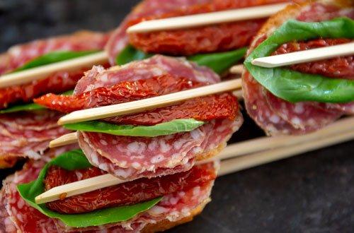 Baguette mit Salami und Basilikum